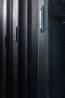 モダンなデザイン。データセンターのブラックメタルのスタイリッシュでモダンなサーバーキャビネット