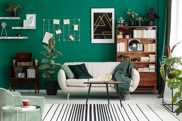 아늑한 베이지색 소파 앤티크 가구 홈 라이브러리가 있는 현대적인 디자인의 식물원 거실 인테리어