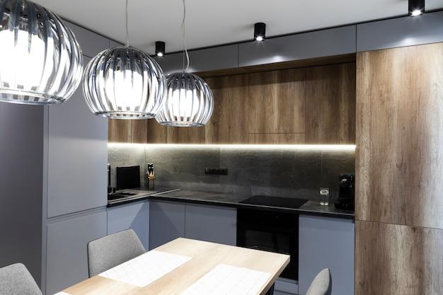 モダンなデザインのキッチンとダイニングルーム