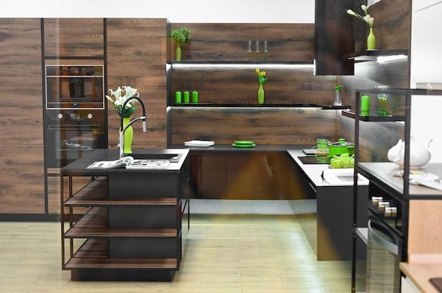 그린 에코 요소와 어두운 갈색 나무 주방의 현대적인 디자인