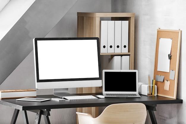Современный дизайн рабочего места с большим монитором компьютера