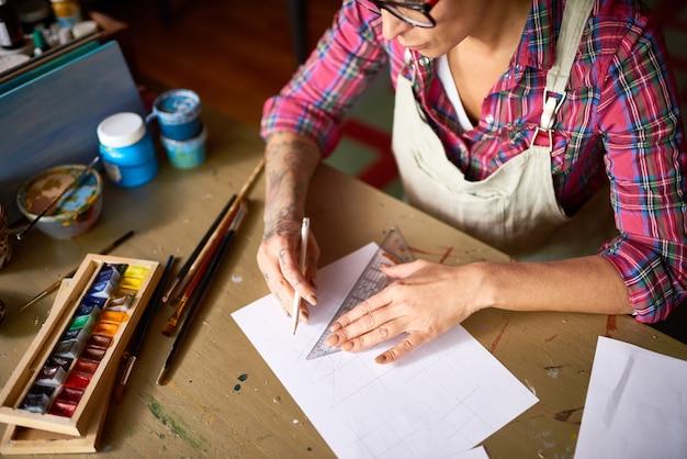 Современный дизайнер работает за деревянным столом