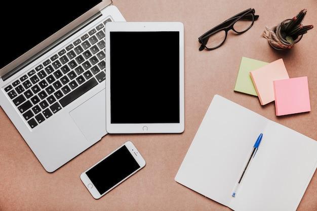 Concetto di scrivania moderna
