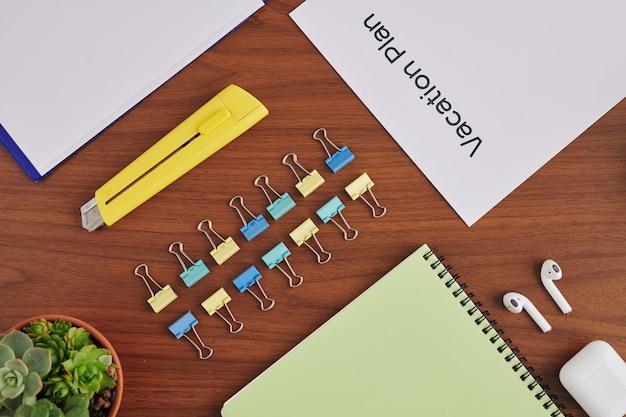 Современный стол делового человека