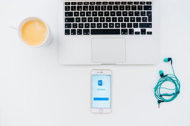 커피 잔 및 전망 앱이있는 최신 장치