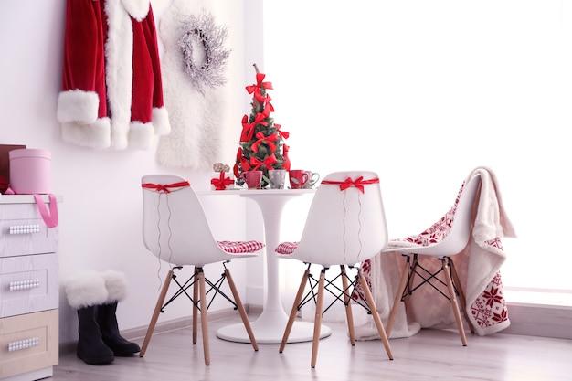 クリスマスの装飾が施されたモダンなダイニングルーム