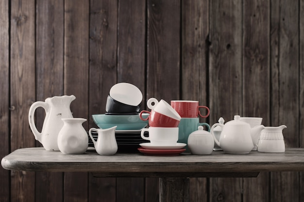Современная посуда на деревянном на кухне