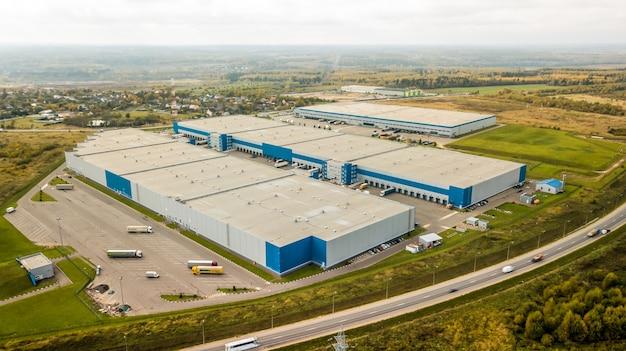 上から見た近代的な流通センター。倉庫エリアの航空写真。