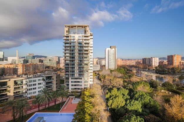 バルセロナの近代的な地区、公共公園とスイミングプール付きの住宅街の眺め。スペイン、カタルーニャ