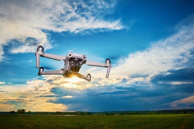 空を飛んでいるカメラと現代のドローン