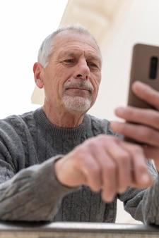 Uomo anziano moderno all'aperto