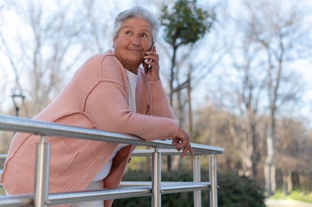 Donna anziana moderna che vive in città