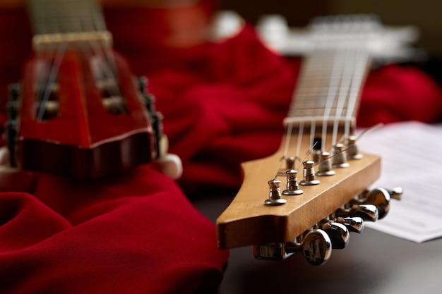 Современная электрическая и классическая акустическая гитара возглавляет крупный план, никто. струнный музыкальный инструмент, электро и живой звук, музыка, оборудование для музыканта