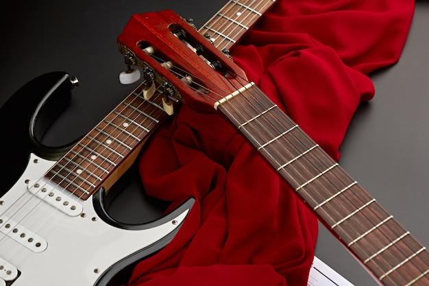Современные электрические и классические акустические гитары крупным планом, никто. струнный музыкальный инструмент, электро и живой звук, музыка, оборудование для музыканта
