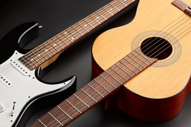 Современные электрические и ретро акустические гитары крупным планом, никто. струнный музыкальный инструмент, электро и живой звук, музыка, оборудование для музыканта