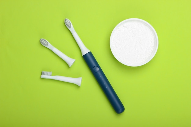 Современная электрическая зубная щетка с насадками