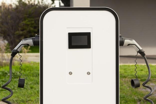 電気自動車またはハイブリッド自動車向けの最新の電気急速充電器。環境に優しいphevを運転するためのハイテク充電器。新世代の環境に優しいグリーンガソリンスタンド。