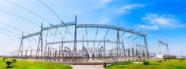 Современная электростанция на фоне голубого неба