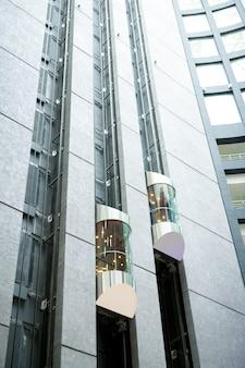 사무실 로비의 현대 엘리베이터