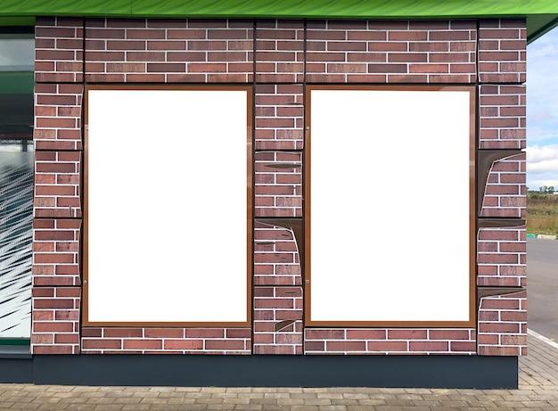 야외 도시의 벽에 현대적인 빈 광고판 현수막이 있습니다. 광고 프로젝트에 대한 모형.