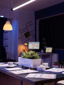 現代の空のビジネス企業のオフィスの会議室は夜遅くにビジネスマンのために準備ができています