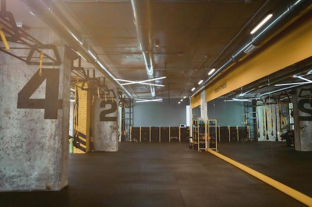 현대적인 빈 크로스핏 체육관 또는 피트니스 스튜디오. 스포츠 컨셉, 헬스클럽 인테리어