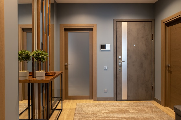 ロフトスタイルのブラウンとグレーのニュートラルな色合いのモダンな玄関廊下