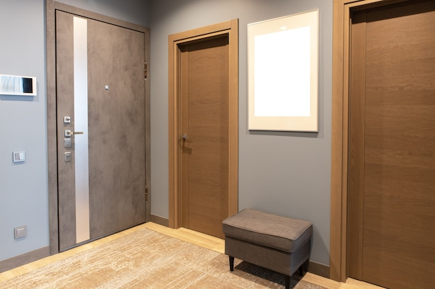 ブラウンとグレーのニュートラルな色合いのモダンな玄関廊下
