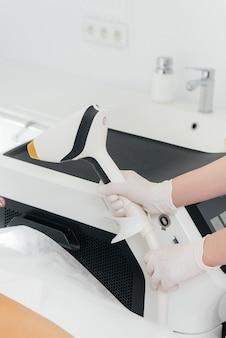 Современное оборудование для лазерной эпиляции и эпиляции в салоне красоты. салон красоты и косметология.