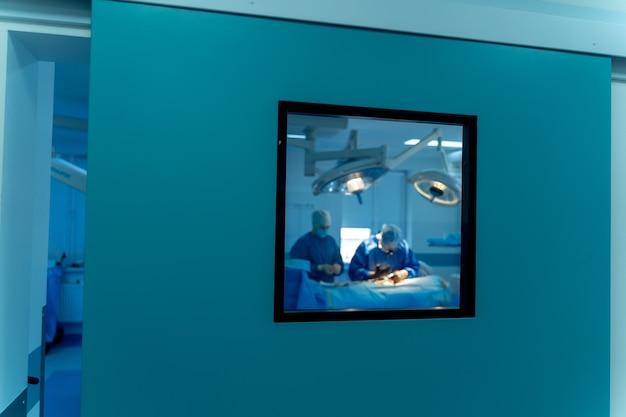 수술실에 있는 현대적인 장비. 신경외과용 의료기기. 배경. 수술실. 선택적 초점입니다.