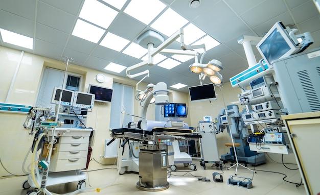 Современное оборудование в операционной. медицинские изделия для нейрохирургии. фон. операционная. выборочный фокус.