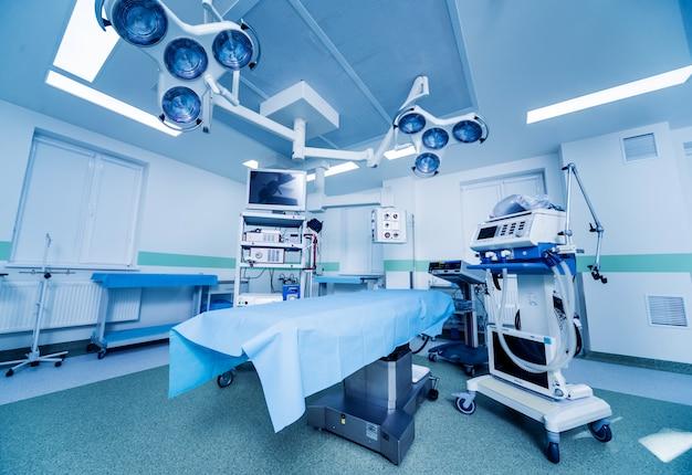 수술실의 현대 장비. 신경 외과 용 의료 기기.