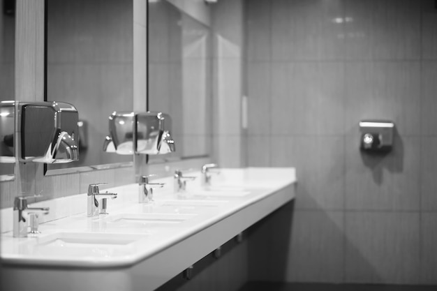 공중 화장실에 있는 현대적인 장비. 바이러스 보호 개념입니다. 위생 규칙 및 요구 사항. 화장실 공공 센터.