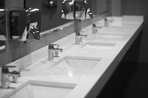 Современное оборудование в общественном туалете. концепция защиты от вирусов. санитарные правила и требования. общественный центр туалета.