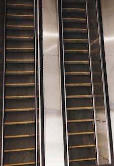 Современный эскалатор поднимается и опускается. метро