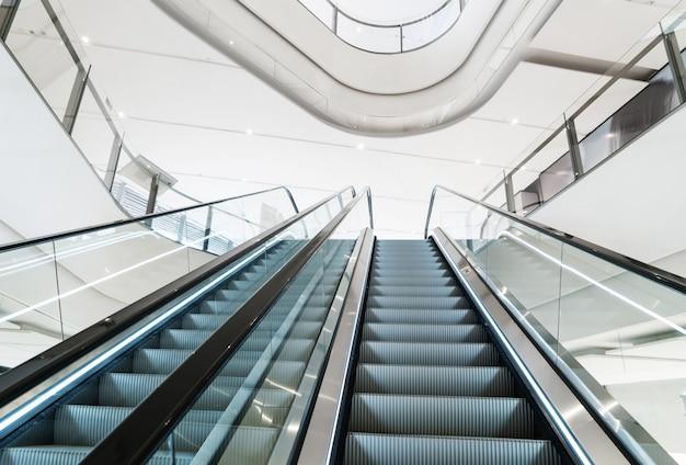 ショッピングセンターにある近代的なエスカレーター