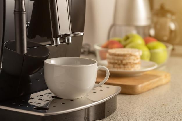 부엌 근접 촬영의 내부에 컵 현대 에스프레소 커피 기계.