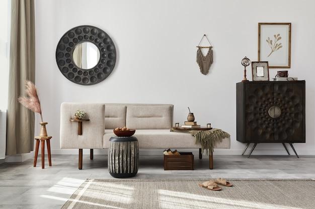 デザインの長椅子、丸い鏡、家具、カーペット、装飾、スツール、エレガントな個人用アクセサリーを備えたモダンなエスニック リビング ルームのインテリア.スタイリッシュな家の装飾。