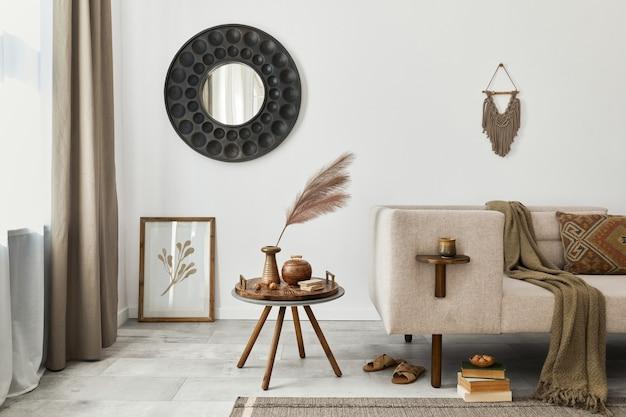 Современный интерьер гостиной в этническом стиле с дизайнерским шезлонгом, круглым зеркалом, мебелью, ковром, декором, табуретом и элегантными личными аксессуарами. шаблон. стильный домашний декор.