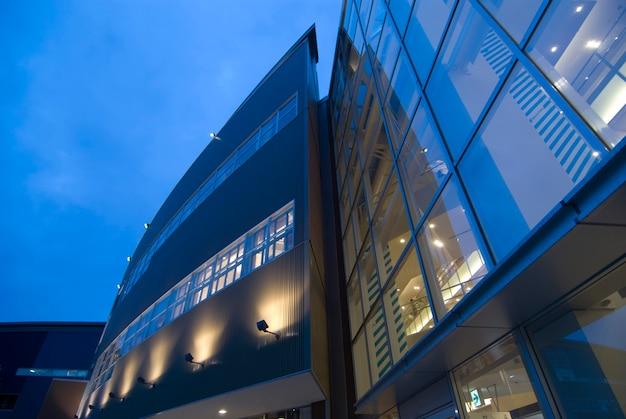 벽 및 창 조명과 푸른 하늘 현대 외관 추상 건축 배경