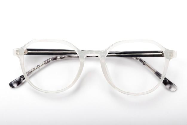 Современные очки на белом фоне