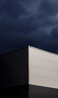 현대 공장 건물입니다. 회색 하늘을 배경으로 한 창고