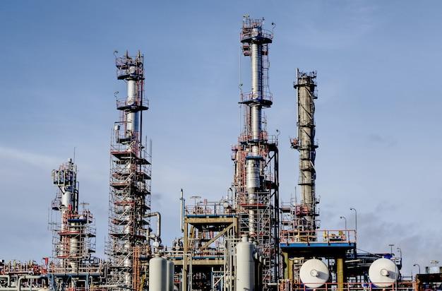 青空の下で工業地帯の近代的な工場