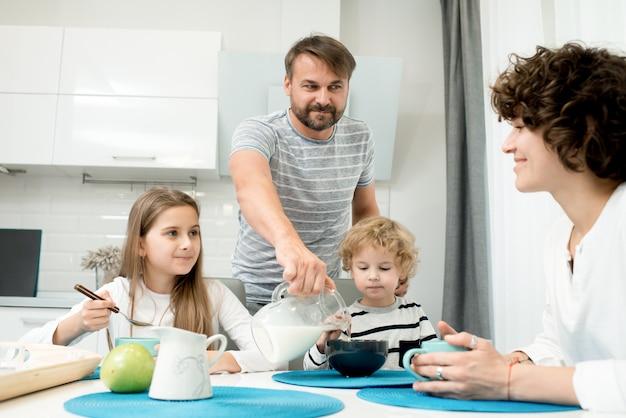 Современная семья наслаждается завтраком