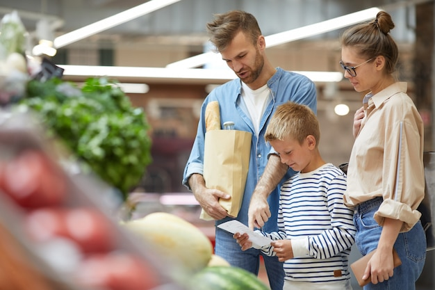 現代の家族の食料品の買い物
