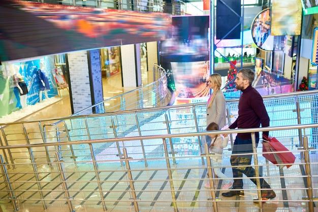 Современная семья в торговом центре