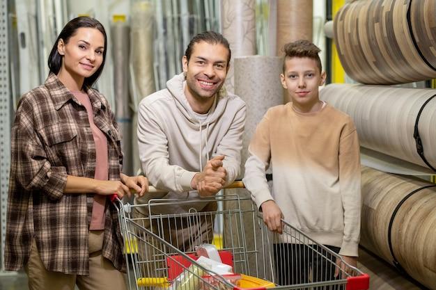 Современная семья, посещающая большой хозяйственный магазин