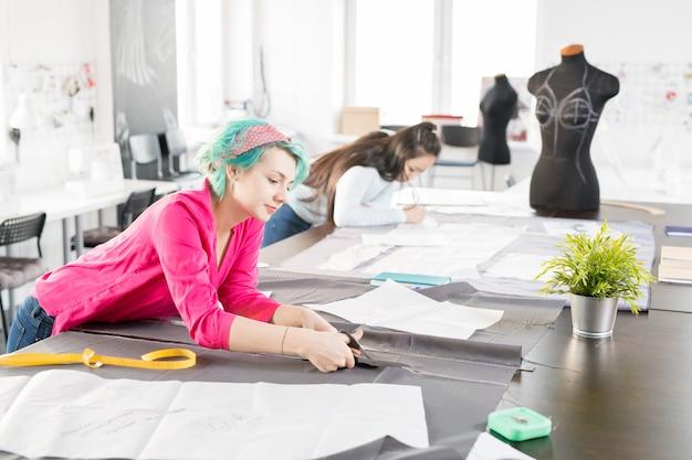 Современные модельеры шьют одежду