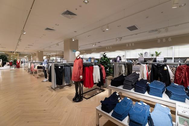 Современный модный брендовый интерьер магазина одежды внутри торгового центра