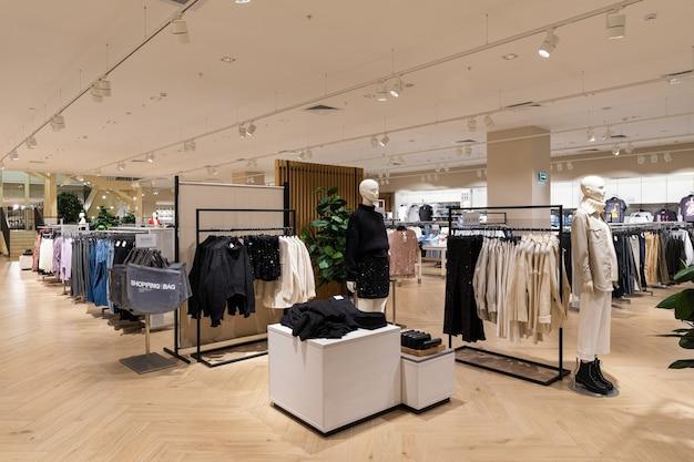 ショッピングセンター内のメンズとレディースの衣料品店のモダンでファッショナブルなブランドのインテリア。